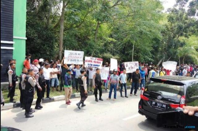 Massa Anti Ratna Sarumpaet Penuhi Pintu Keluar Bandara Hang Nadim