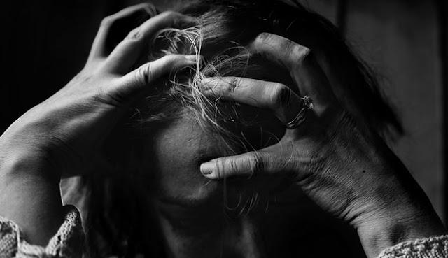 Di dunia ini terdapat berbagai jenis buah yang dapat kita konsumsi dan tentunya kaya akan manfaat bagi kesehatan kita. Namun tidak semua pengetahuan itu dapat kita serap dengan baik. Padahal dengan menetahui banyak tentang manfaat yang terkandung dalam buah tersebut, maka menjadi solusi bagi kita untuk bisa hidup sehat di dunia ini. Seperti sakit kepala yang sangat umum dialami oleh manusia diatas dunia ini. Sait kepala memang umum terjadi, namun jangan disepelekan karena akan berakibat fatal bagi kesehatan kita. Apalagi sakit kepala itu datang menyerang secara terus menerus, maka perlu kewaspadaan tingkat tinggi agar tidak terjadi hal yang buruk pada diri anda. Berbicara mengenai sakit kepala, Maka kita bicara tentang solusi dalam mengobati dan mencegahnya. Nah, Pada ulasan kali ini, penulis ingin berbagiinformasi mengenai ada beberapa bauh yang umum kita jumpai dipasar, di supermarket dan kebun yang memiliki khasiat bisa membantu untuk mengurangi sakit kepala. Selain bergizi, bauh ini juga memiliki banyak manfaat lainnya. Tidak hanya untuk mengurangi sakit kepala, bauh ini juga memiliki banyak manfaat kesehatan lainnya. Dilansir dari Boldsky, berikut adalah olahan makanan yang bisa meredakan sakit kepala Anda: 1. Buah Semangka Buah semangka ini selain dapat menghidrasi tubuh, buah semangka juga dapat menghilangkan sakit kepala yang disebabkan oleh dehidrasi tersebut. Karena buah ini kaya akan magnesium dan kalium serta dapat menjaga keseimbangan nutrisi dalam tubuh, maka efek baiknya adalah dapat meredakan beban berat pada kepala anda alias sakit kepala. Bukan itu saya manfaat yang akan anda dapatkan jika rutin mengkonsumsi buah semangka ini, manfaat lain akan anda rasakan juga seperti anti penuaan dini, Menjaga kelembapan kulit, Mengurangi sebum(minyak) pada wajah, Meremajakan kulit, Memelihara kesehatan ginjal, Mencegah sariawan, Mengurangi resiko hipertensi dan stroke, Anti inflamasi dan Antioksidan, Menghilangkan Otot nyeri, dan Obat kuat yang alami. 2. Buah P