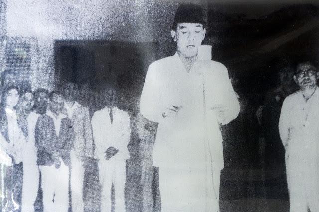 Soekarno membacakan naskah Proklamasi Kemerdekaan Republik Indonesia yang sudah diketik oleh Sayuti Melik dan telah ditandatangani oleh Soekarno-Hatta