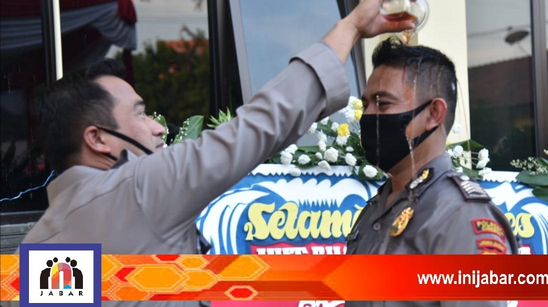 Naik Pangkat Puluhan Anggota Polresta Cirebon Ini Mandi Kembang Inijabar Com