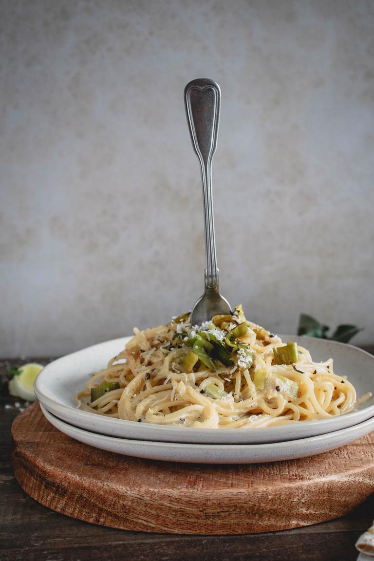 Seitenansicht Teller Spaghetti Carbonara