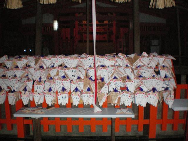 Tablillas con cara de zorro en Fushimi inari taisha (Kyoto)
