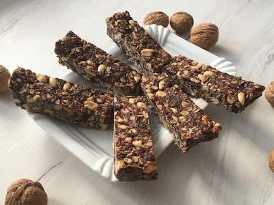 Zdrowe batoniki z czekolady, płatków owsianych i orzechów