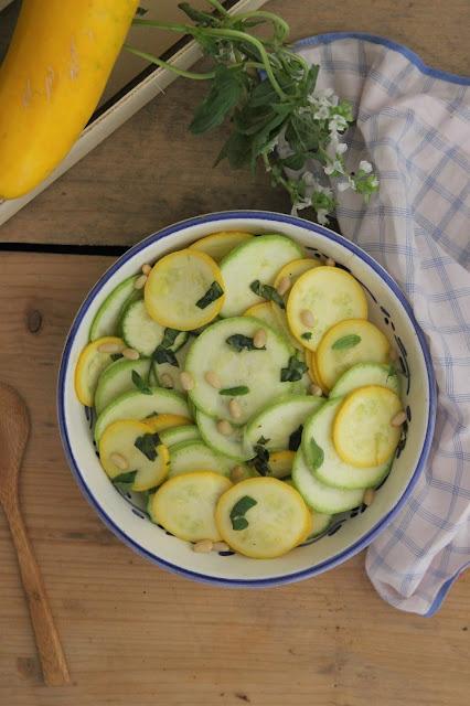 Cuilllère et saladier : Salade de courgettes crues, citron et basilic