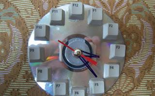 reloj hecho con chatarra reciclada