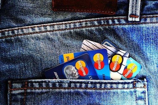 cartóes de creditos no bolso da calça