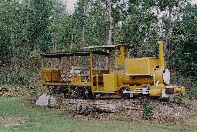 Желтый маленький паровоз