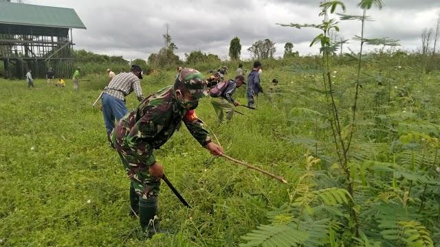 Melalui Gotong Royong Babinsa Muara Kaman Ajak Warga Jaga Kebersihan Desa