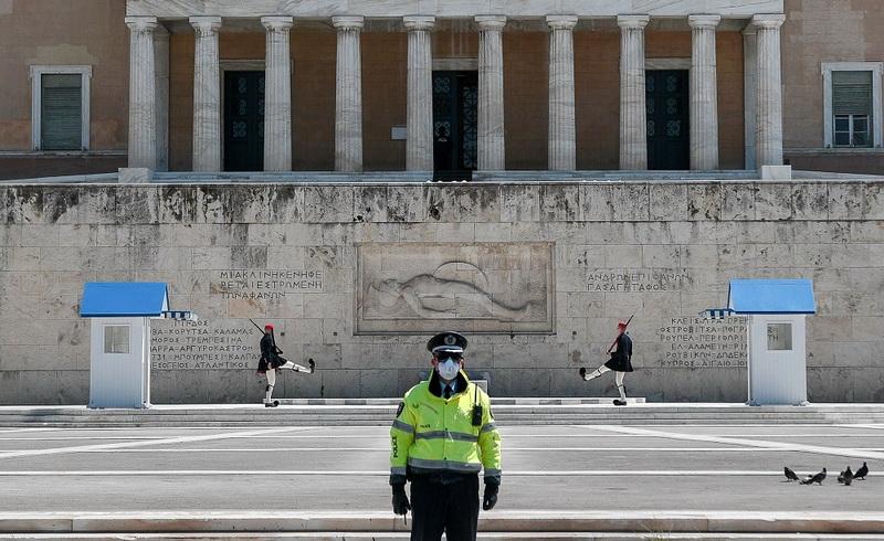 Οι Έλληνες πετάνε από τη χαρά τους ή πώς η προπαγάνδα κάνει παπάδες...