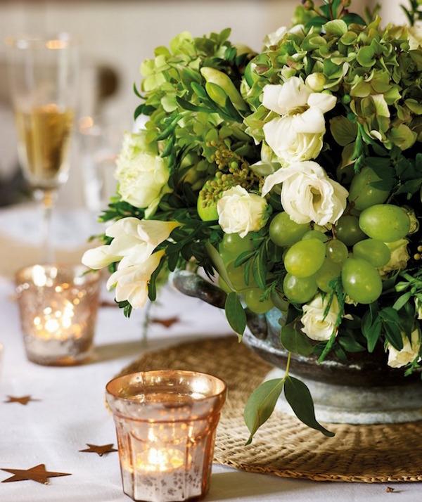 sopera como centro de mesa con flores y fruta
