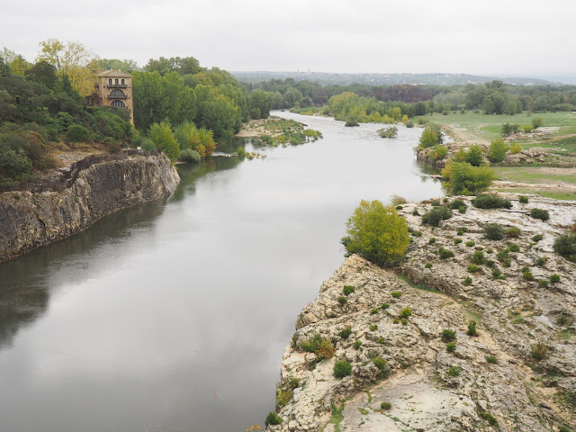 Возле акведука Пон-дю-Гар (Near the Pont du Gard Aqueduct)