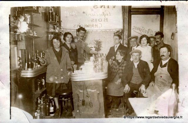 photo ancienne Un café avec du monde au comptoir