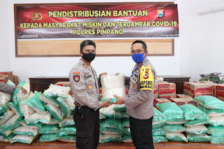 Bantu Warga Ditengah Pandemi Covid-19, Kapolres Pinrang Serahkan Secara Simbolis 11 Ton Beras