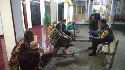 Babinkamtibmas Desa Jiken Aiptu M. Subandik lagi menghimbau warga desa binaanya untuk selalu ta'at protokol covid 19
