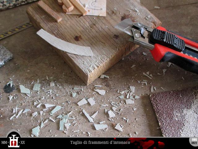 Taglio di frammenti d'intonaco