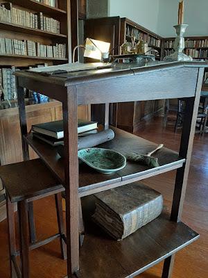 mesa onde Eça de Queiroz escrevia os seus livros