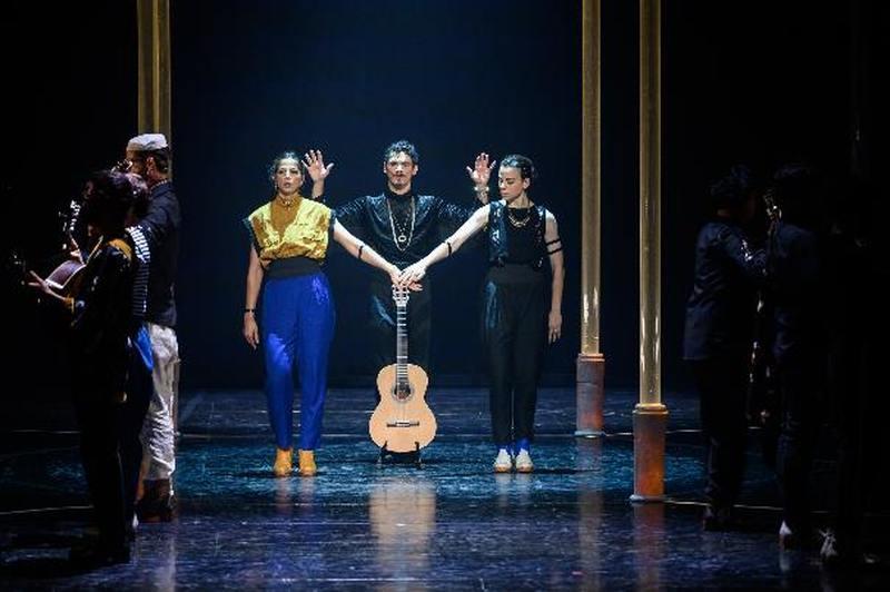 A nova criação de Jonas&Lander intitula-se BATE FADO, um espetáculo híbrido entre a dança e o concerto de música projetado para 9 performers: 4 bailarinos, 4 músicos e um fadista (bailarino).
