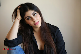 Actress Aditi Singh Picture Shoot Gallery in Ripped Denim Jeans  0017