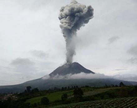 Ισχυρή έκρηξη του ηφαιστείου Sinabung στην Ινδονησία