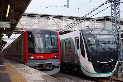 東武鉄道70000系と並ぶ東急電鉄2020系