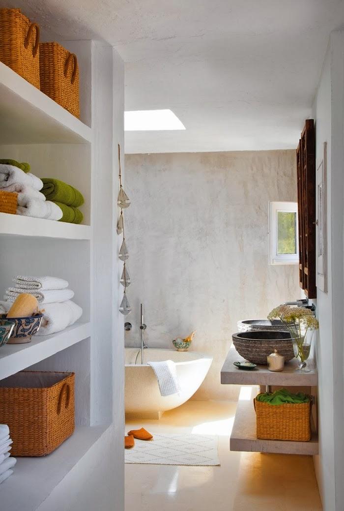 Biało-niebieska posiadłość na Ibizie, wystrój wnętrz, wnętrza, urządzanie domu, dekoracje wnętrz, aranżacja wnętrz, inspiracje wnętrz,interior design , dom i wnętrze, aranżacja mieszkania, modne wnętrza, białe wnętrza, niebieskie dodatki, łazienka