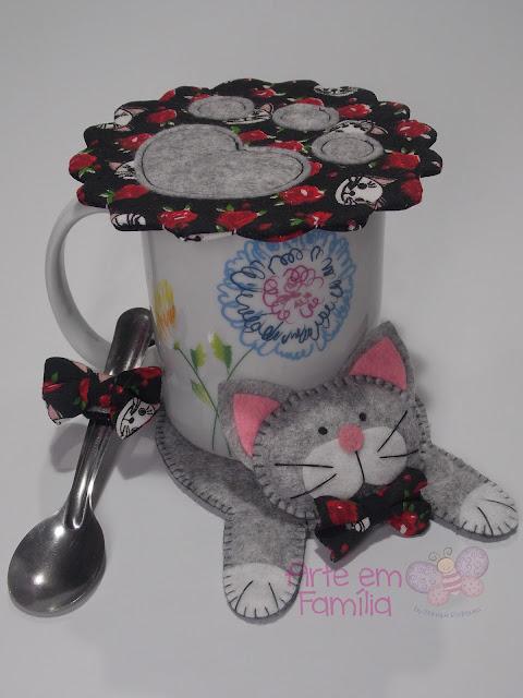 tapetes para canecas e xícaras (mug rug) em formato de bichinhos. Confeccionado em feltro. Gatinhos
