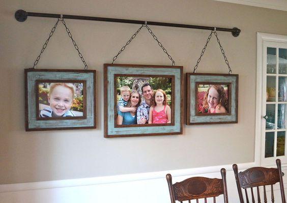 családi képek a falon