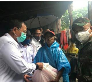 Menjelang Penerapan PSBB Kota Makassar Penjabat Wali Kota Serahkan Bantuan Sembako