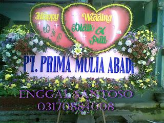 rangkaian karangan bunga papan pernikahan