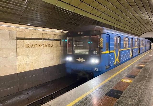 У столичному метро нетверезі підлітки розмалювали вагон підземки