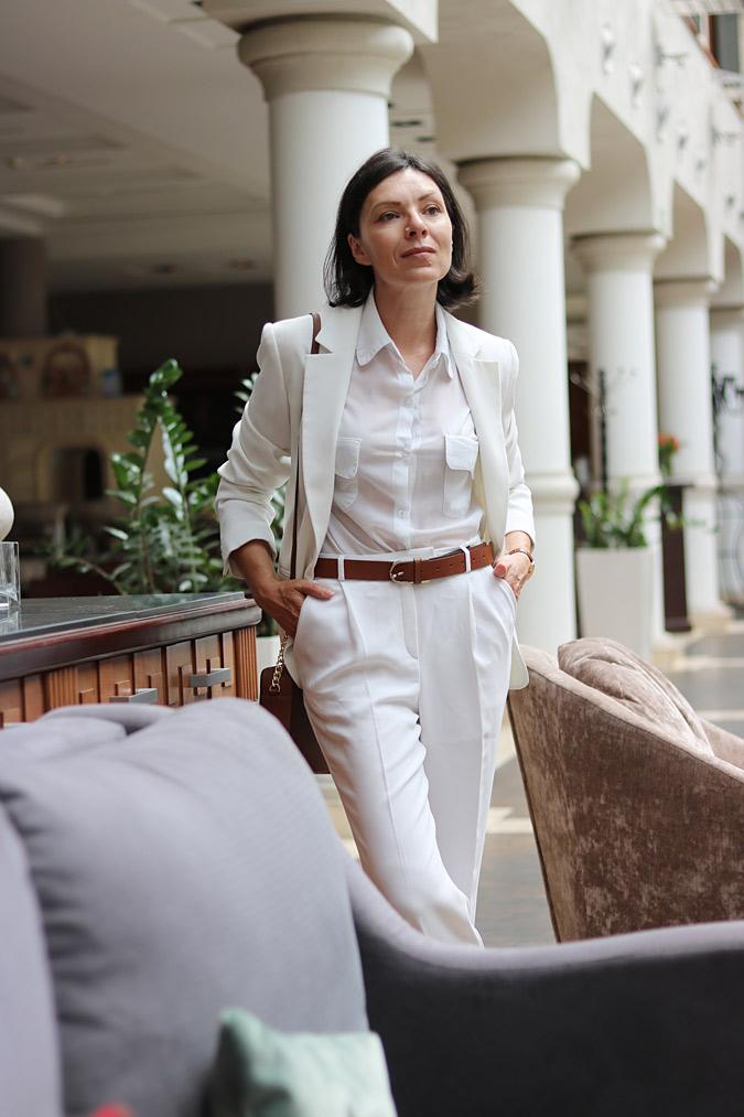 Biała marynarka i spodnie