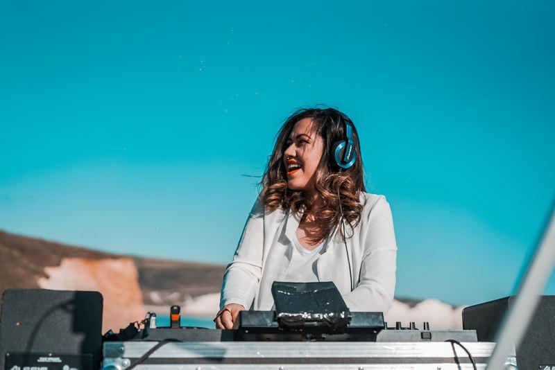 """Explorando o mercado internacional, a produtora e DJ Kling acaba de divulgar uma apresentação gravada no sul da Inglaterra. Marcando a nova fase da carreira da artista a apresentação, intitulada de """"New Path"""", tem como repertório faixas que transitam entre o techno e o hardtechno"""