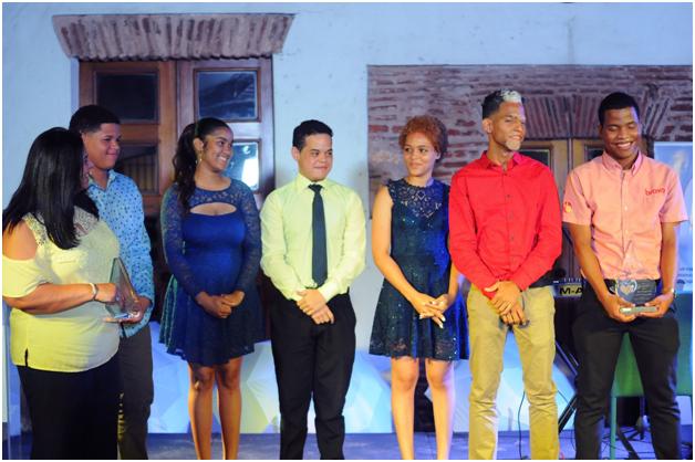 Juan Miguel, Nicol, Nelson, Kendra, Darimil y Alexander, jóvenes sordos a los cuales asiste la Fundación Humanidad.