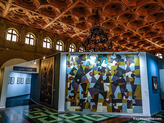 Painel exposto no Museu Nacional de Belas Artes Carlos Mérida, na Cidade da Guatemala