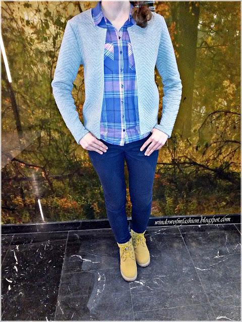 Szary żakiet, różowo-niebieska koszula, granatowe jeansy, musztardowe trapery