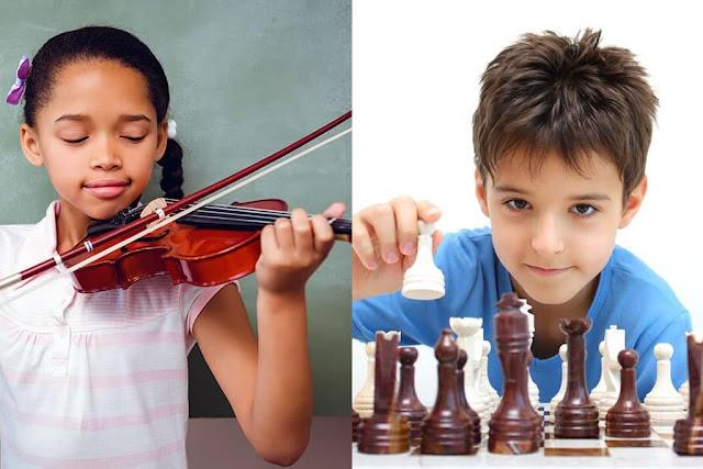 Criança tocando violino e menino jogando xadrez