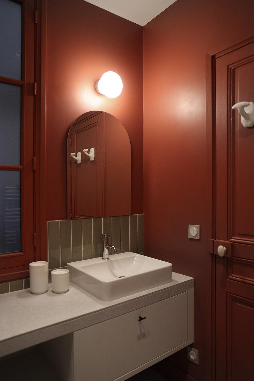 une petite salle de bains aux murs terracotta
