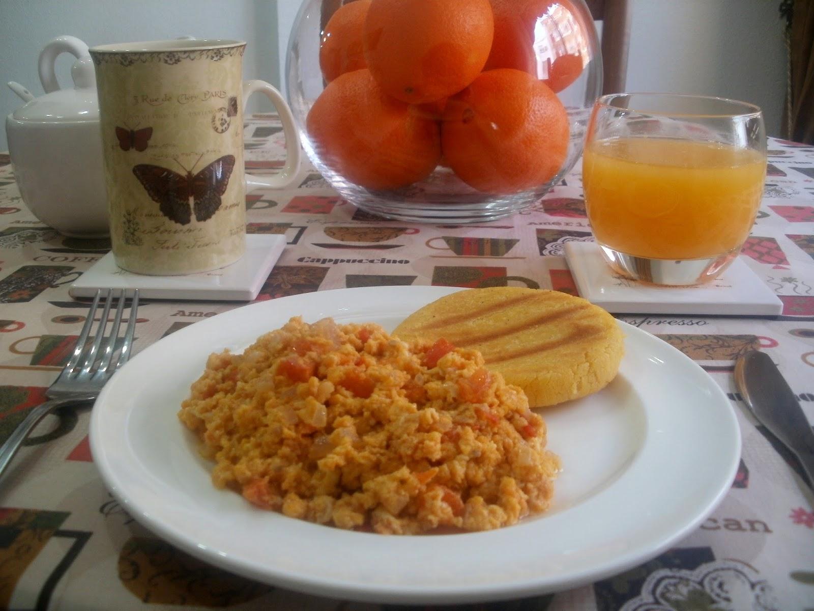 Huevos revueltos con tomate y cebolla