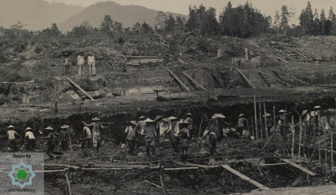 Sebuah foto berjudul Chinese arbeiders op Bangka, vermoedelijk in de tinmijnen (Para Pekerja Cina di Bangka, mungkin ditambang timah). Foto ini diperkirakan dipotret tahun 1910. Sumber: KITLV 106256. repro by petabelitung.com