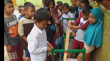 Kisah Mengharukan, Erwin Kecil di Garut Sekolah Sambil Jualan