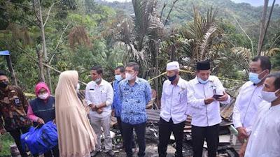 Walikota Sawahlunto Serahkan Bantuan Korban Kebakaran