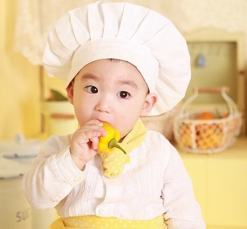 Makanan yang baik untuk bayi  Dalam ilmu medis sendiri, bayi sudah mulai bisa diberi asupan tambahan selain asupan ASI memasuki usia 4 sampai 6 bulan ke atas. Supaya perkembangannya berlangsung dengan baik dna sesuai harapan, disarankan sekali untuk memberi makanan yang sehat untuk anak bayi yang sesuai usianya.  Para pakar mengatakan bahwa pada usia ini sistem pencernaan pada bayi sudah mulai bisa memproses makanan padat. Tidak hanya itu, bayi juga sudah mulai membutuhkan nutrisi lebih dari sekedar asupan ASI.  Contohnya pada usia tersebut pasokan atau asupan zat besi alami pada tubuh sang bayu mulai berurang, sehingga akan membutuhkan asupan pendukung agar tidak berkurang nutrisinya.  Anda bisa memperhatikan dari hal-hal seperti berat badan mulai naik dua kali lipat dari bobotnya, sudah bisa mengangkat kepala dan leher, atau sudah mulai tertarik dengan makanan yang Anda makan dengan mencoba untuk memagang makanan tersebut, atau sudah bisa menahan makanannya di dalam mulut dan sudah terlihat kelaparan walaupun sudah diberi susu.  Jika sudah mengalami beberapa hal di atas itu menandakan bahwa bayi Anda siap untuk diberi tambahan makanan padat seperti di bawah ini.  Makanan sehat pertama yaitu sereal yang diolah dari salah satu jenis biji-bijan yang sudah Anda beri tambahan zat besi. Untuk kemudian diberi tambahan dan dicampur dengan ASI, air mineral atau susu formula. Untuk menu makanan ini cocok diberikan untuk bayi pada usia 4 sampai 6 bulan.  Atau Anda bisa memberinya yogurt ketika bayi tersebut usia 6 bulan. Kandungan vitamin D dan juga kalsium yang tinggi dalam yogurt bisa memberi efek yang bagi untuk pertumbuhan tulang dan juga giginya.  Seperti halnya manfaat labu siam untuk bayi yang didapat dari kandungan kalsium, dimana kalsium tersebut bisa membantu dalam perkembangan dan pertumbuhan gigi dan tulang sang bayi.  Anda juga bisa memberikan makanan sehat yang berupa sayur dedaunan yang berwarna hijau gelap. Seperti bayam. Di dalam bayam ini terkandung zat bes
