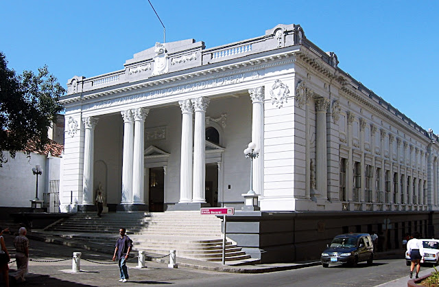 El Museo Emilio Bacardí, famoso por producir una de las mejores marcas de ron del mundo, atrae a turistas con el prometedor nombre del propietario. Sin embargo, tengo que molestart