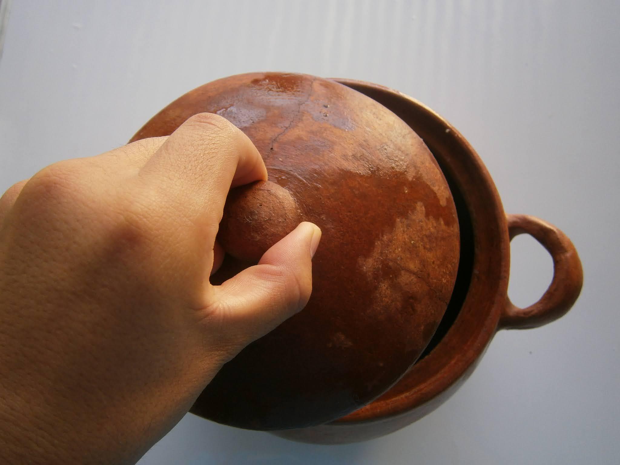 fotografía de Descripción de la fotografía. Olla de Barro usado en cocina de las ciudades de la sierra en Perú. Olla de barro de color croma que es usada para cocinar y se les llama olla de barro.