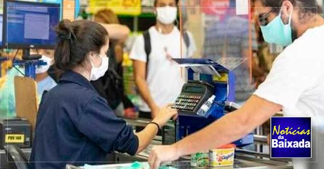 Supermercados terão que empacotar produtos para clientes nos caixas durante a pandemia