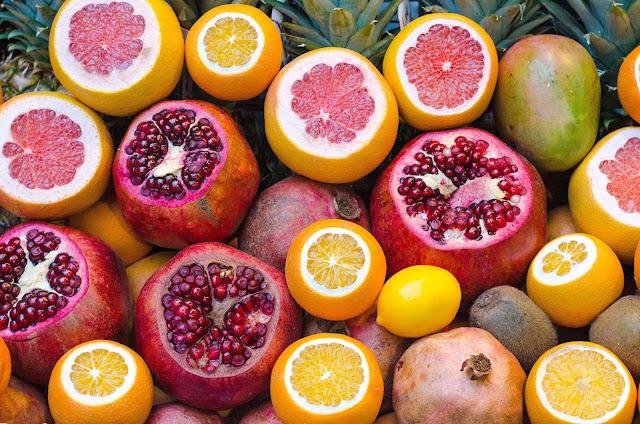 Halimah Daily—Memakan buah memang sehat. Membuat kita awet muda, kulit berseri, pencernaan lancar, dan banyak lagi khasiat lainnya.     Ngomong-ngomong soal buah. Pernahkah kamu mendengar buah-buahan yang tidak boleh dimakan bersamaan dengan makanan lain?