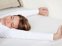 Apakah Lebih Sehat Tidak Menggunakan Bantal Saat Tidur