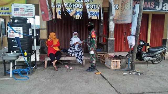 KodimKaranganyar – IPWM Bersama Koramil 05 Mojogedang Bagikan Ratusan Masker dan Nasi Bungkus