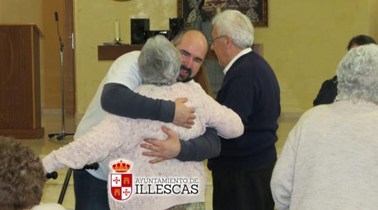 Abrazando. IMAGEN  ILLESCAS COMUNICACIÓN