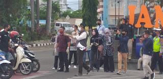 Walikota Jambi Langsung Ke Lapangan Bagi Masker Ke Masyarakat